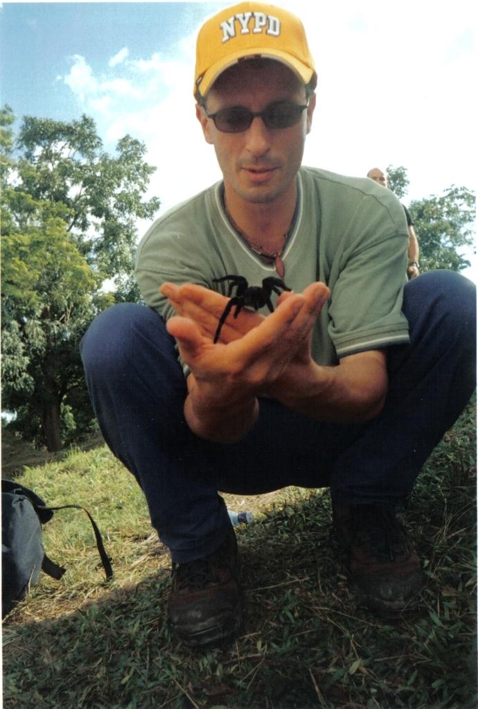 Simone Chierchini Gioca con una Tarantola in Guatemala