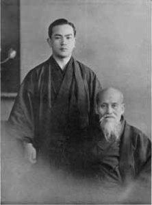 """Tohei con il Fondatore nel 1953 (da """"Aikido: The Arts of Self-Defense"""")"""