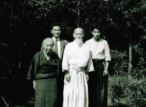 Hideo Hirosawa con gli anziani coniugi Ueshiba