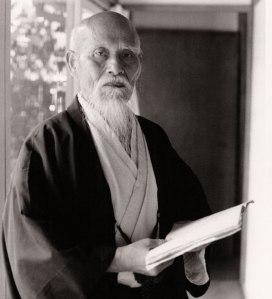 Morihei Ueshiba intento nella lettura di un libro