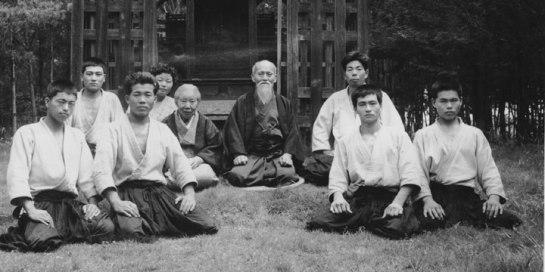 Foto di gruppo del 1955 con il Fondatore e la sua famiglia nell'Aikido presso l'Aiki-En di Iwama