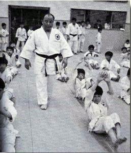Suzuki Masafumi dirige una lezione di Judo per ragazzi