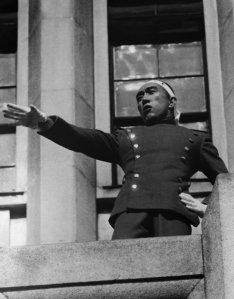 Mishima arringa i soldati dal balcone del Japanese Self-Defense Forces in Ichigaya