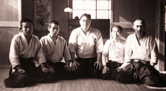 Il sumotori Tenryu (al centro)